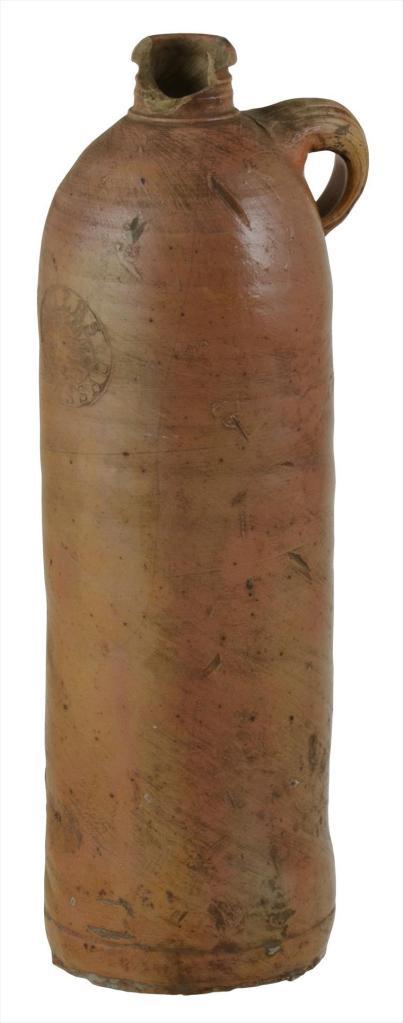 Seltteripullo, jossa on säilytetty mineraalivettä. Ulkomaisia mineraalivesiä kaupattiin terveyslähteillä. Myös Kangasniemen Hokan lähteellä sijaitsi apteekkikioski, josta todennäköisesti sai ostaa pullotettua mineraalivettä. Kuva:  Laura Kannasmaa / EKM