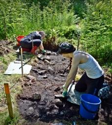 Jyväskylän yliopistossa historiaa opiskellut Anne Laitinen ja 1700-luvun piirilääkäreistä tutkimusta tekevä Saara-Maija Kontturi osallistuivat kaivaukselle vapaaehtoisina. Tässä kaivetaan aluetta 2, jolta paljastui ruoanlaittokiveys.