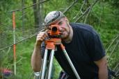 Kaivausdokumentointiin kuuluu vaaitseminen, joka tehdään kuvan vaaituskojeella. Kaivauksen dokumentointivälineet ovat lainassa Helsingin yliopiston arkeologian oppiaineesta.