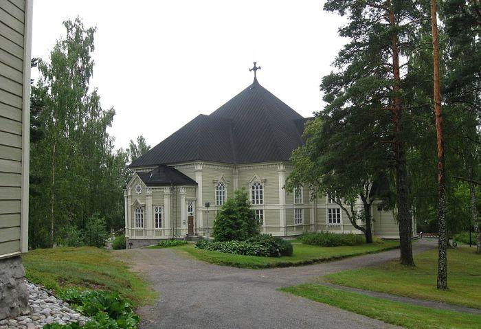 Kangasniemen nykyinen kirkko sijaitsee samalla mäellä kuin kaksi edellistäkin kirkkoa. Kirkonseutu on aikojen saatossa ollut erilaisten tapahtumien näyttömönä. Kuva: Wikimedia Commons.